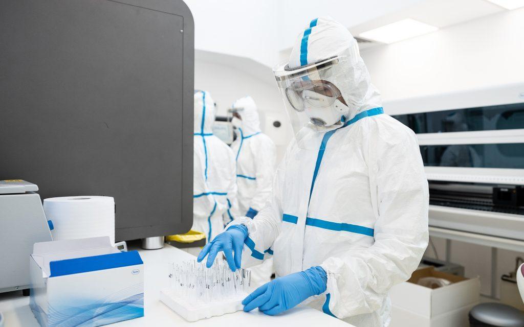 Analiză teste RT-PCR pentru diagnosticarea COVID-19 în Laboratoarele REGINA MARIA: Din 74.000 de teste procesate, 2% sunt pozitive